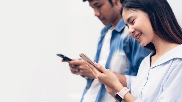 Amigos que usam o smartphone, durante o tempo de lazer. o conceito de usar o telefone é essencial