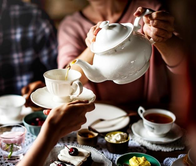 Amigos, reunião, junto, ligado, festa tea party, comendo, bolos, felicidade gozo