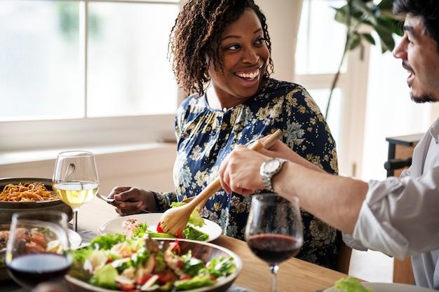 Amigos, reunião, tendo, alimento italiano, junto
