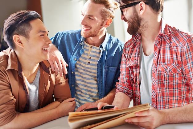 Amigos rindo e partilha de ideias