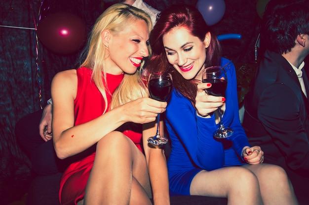 Amigos rir e beber vinho