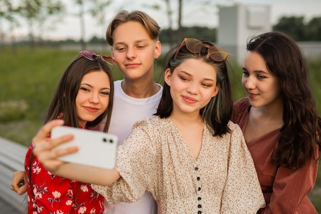 Amigos são fotografados no telefone