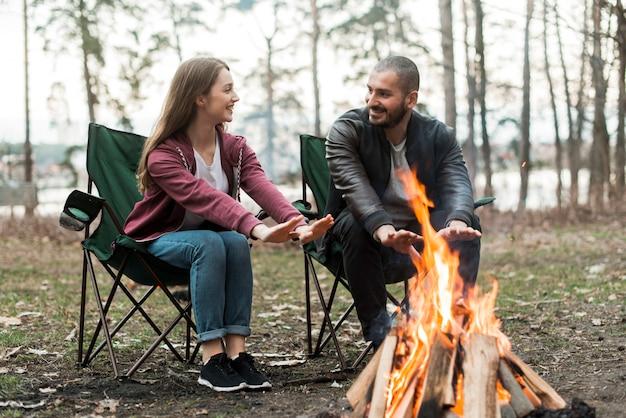 Amigos se aquecendo na fogueira