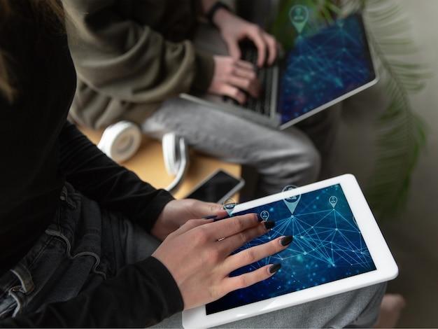 Amigos se conectando e compartilhando com as redes sociais, usando o gadget. obtenha comentários, curtidas, emocionais. ícones modernos da interface do usuário, comunicação, dispositivos. conceito de tecnologias modernas, redes, gadgets. projeto.