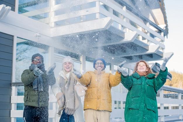 Amigos se divertindo com neve