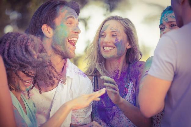 Amigos se divertindo com tinta em pó no parque