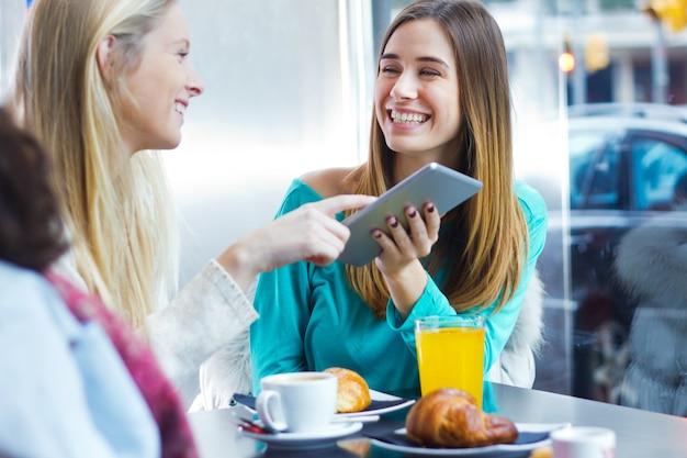 Amigos se divertindo com um tablet digital