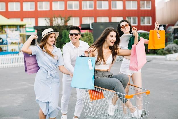 Amigos se divertindo depois de comprar
