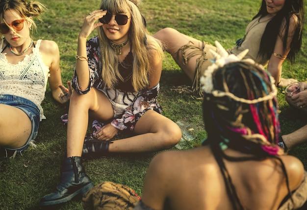 Amigos se divertindo em um festival de música