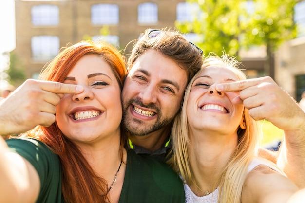 Amigos se divertindo juntos e tomando um selfie