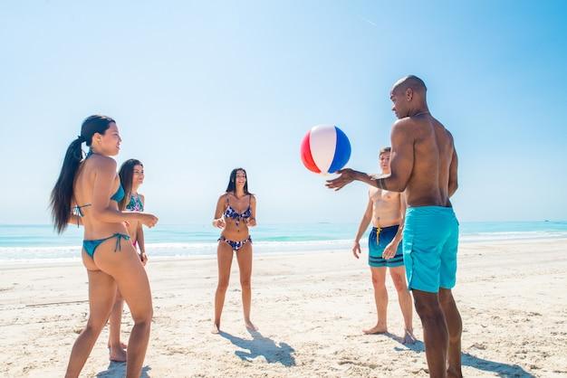 Amigos se divertindo na praia