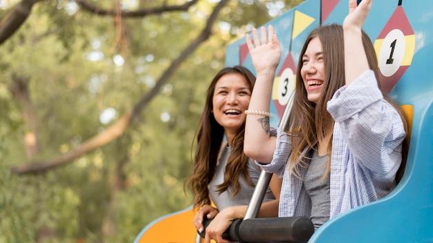 Amigos se divertindo no parque de diversões
