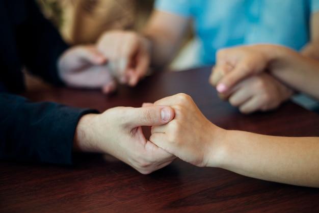 Amigos, segurando, cada, outro, mãos, sentando, tabela