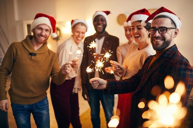 Amigos segurando estrelinhas na festa de natal