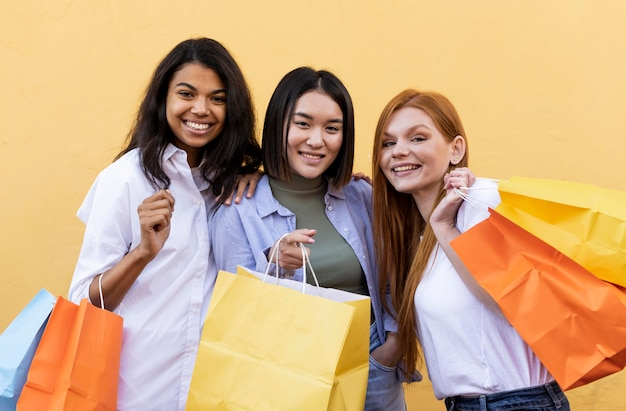 Amigos segurando sacolas de compras