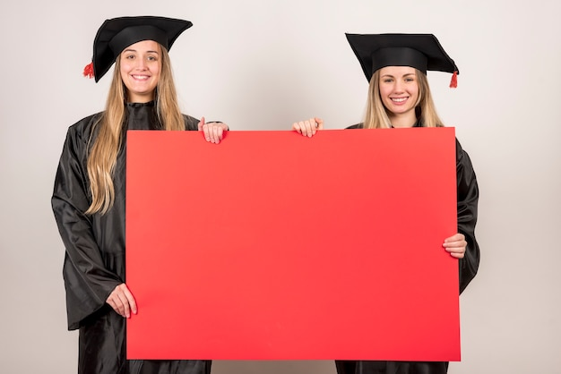Amigos, segurando, vermelho, painél publicity, em, graduação