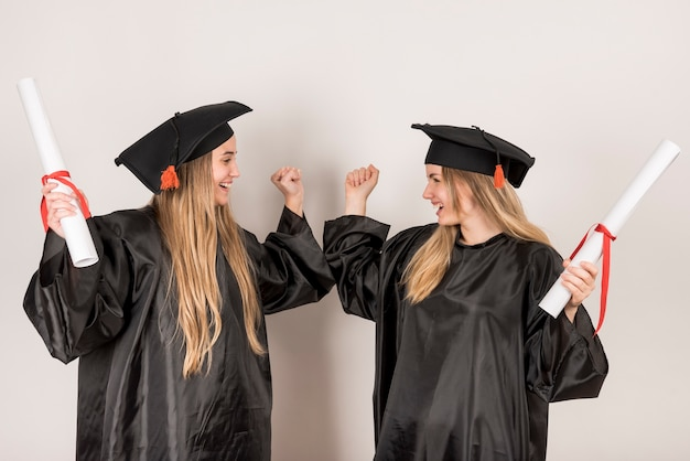 Amigos, sendo, alegre, em, cerimônia graduação