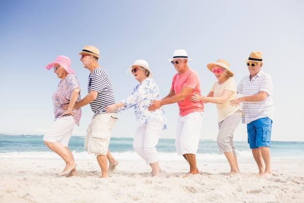 Amigos sênior felizes dançando