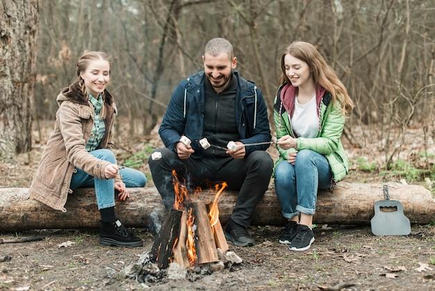 Amigos sentado na fogueira