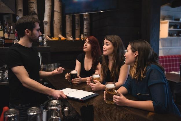 Amigos sentados no balcão do bar