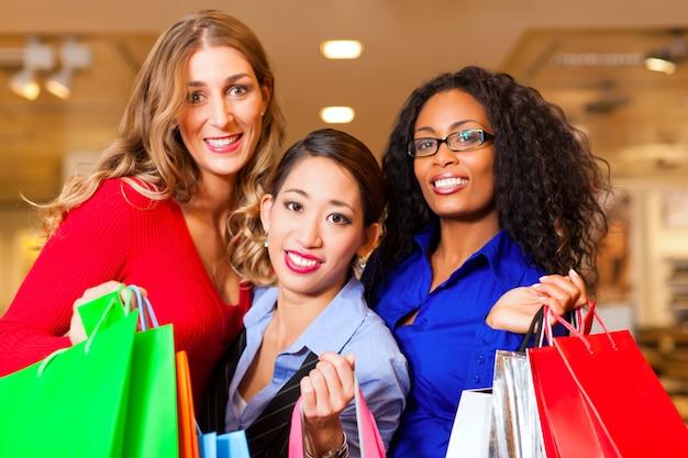 Amigos, shopping, com, presentes, em, centro comercial