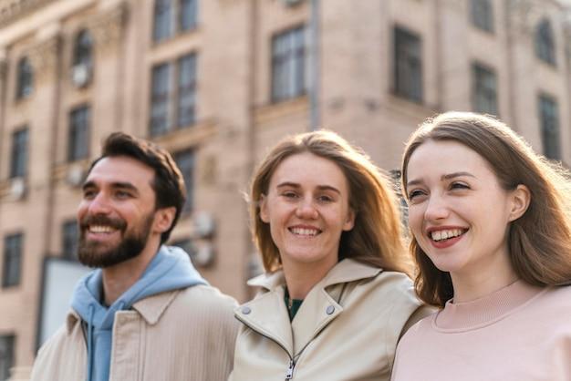 Amigos sorridentes ao ar livre se divertindo na cidade