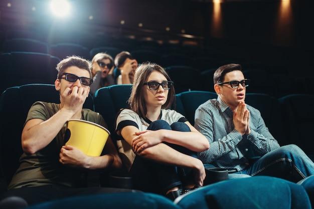Amigos sorridentes assistindo filme 3d no cinema