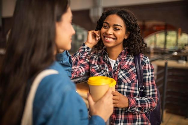 Amigos sorridentes conversando durante o café