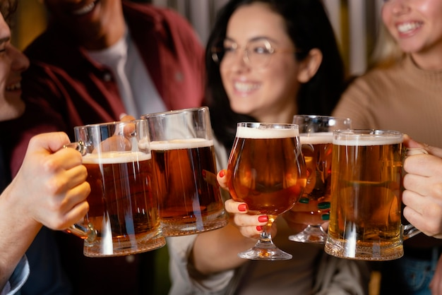 Amigos sorridentes de perto com canecas de cerveja