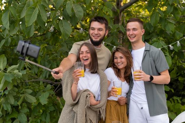Amigos sorridentes fazendo selfie uma foto média