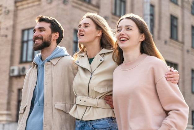 Amigos sorridentes juntos se divertindo na cidade