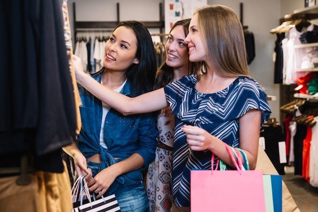 Amigos sorridentes passando tempo na loja