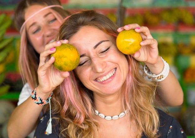 Amigos sorridentes se divertindo juntos no mercado de fazendeiros