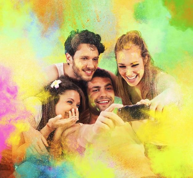 Amigos sorridentes tirando uma foto colorida de festa
