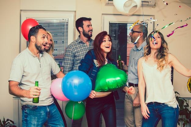 Amigos surpreendidos na celebração