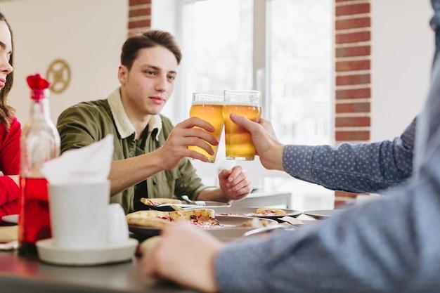 Amigos, tendo, cerveja, em, um, restaurante