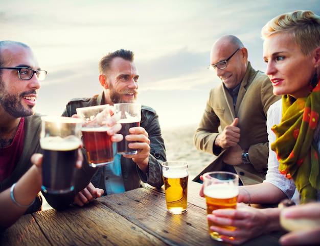 Amigos, tendo, cervejas