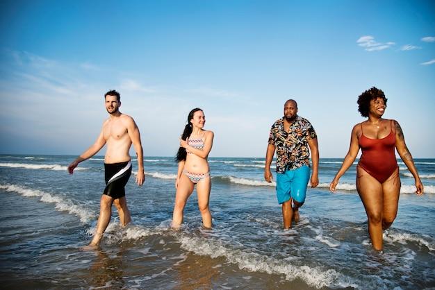 Amigos, tendo divertimento, praia