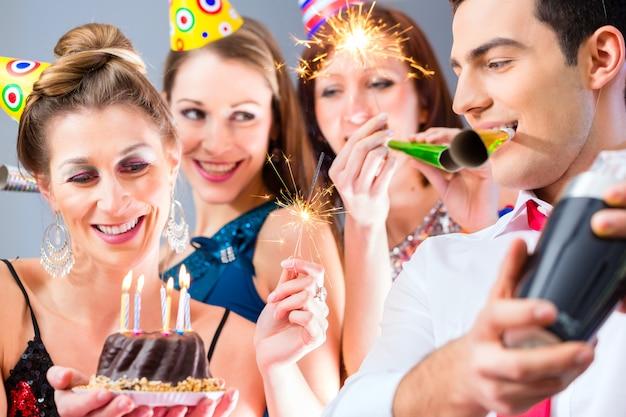 Amigos, tendo, ou, novo ano, véspera, aniversário, celebração