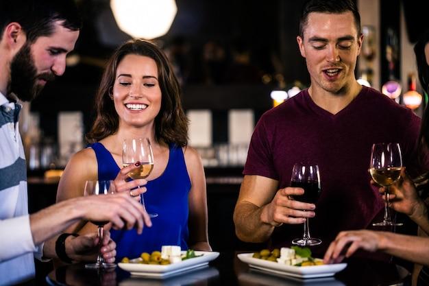 Amigos, tendo, um, aperitivo, com, vinho, em, um, barzinhos