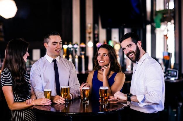 Amigos, tendo, um, cerveja, um bar