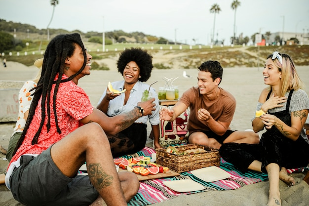 Amigos, tendo um piquenique, praia