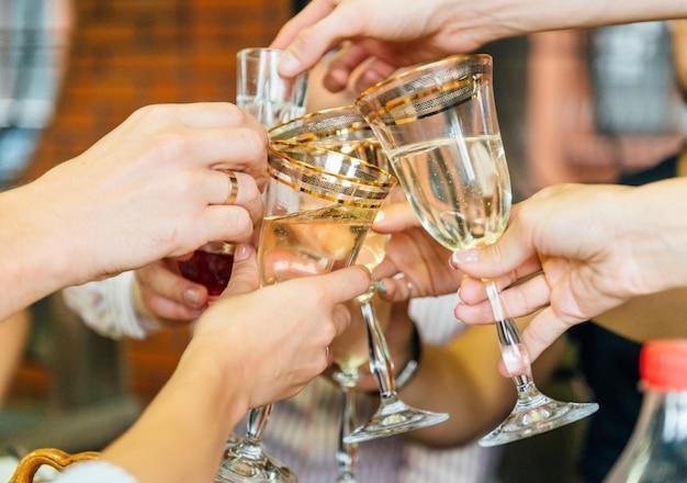 Amigos tilintar de copos em uma festa.