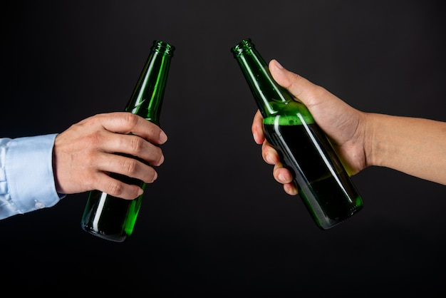 Amigos, tilintar garrafas de cerveja