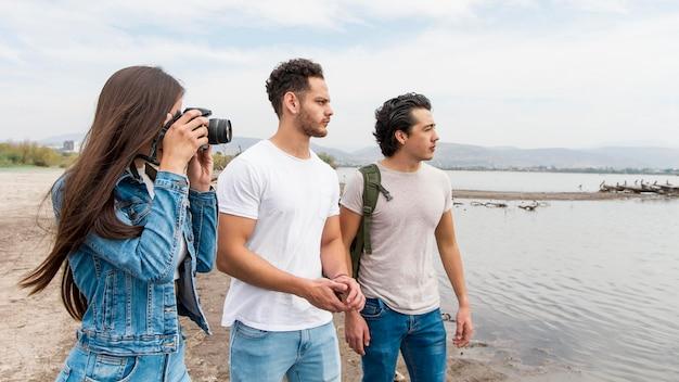 Amigos tirando fotos da natureza