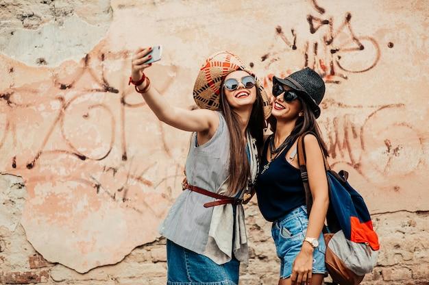Amigos tirando fotos