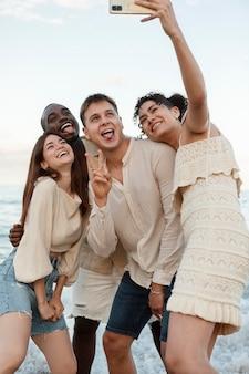 Amigos tirando selfie em foto média