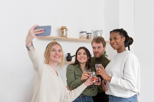Amigos tirando selfies