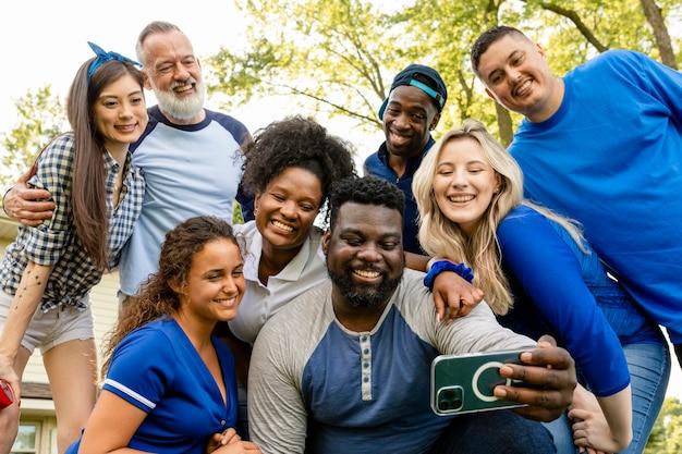 Amigos tirando uma selfie em uma festa ao ar livre