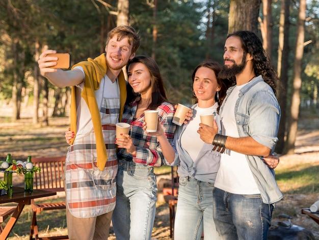Amigos tirando uma selfie enquanto se divertem ao ar livre